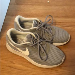 nike sneakers size 9.5